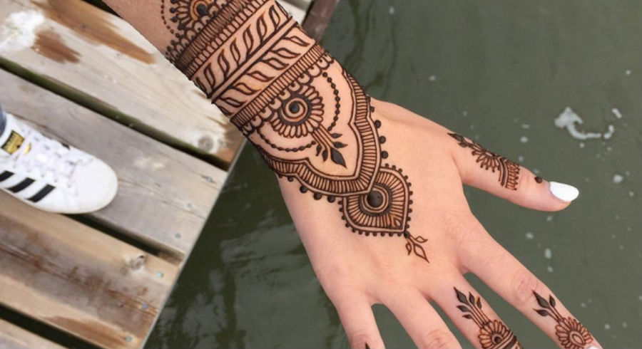 17 Simple & Gorgeous Henna Designs To Ask For