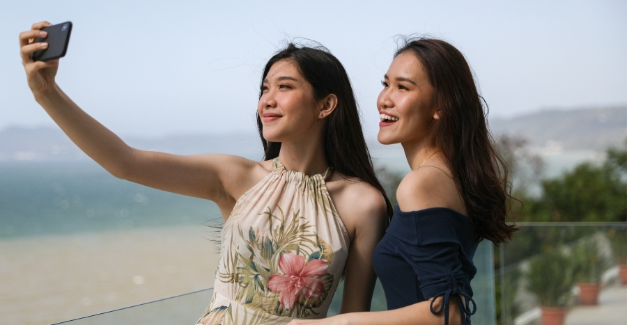 6 smart tricks to look slimmer than your friend in all your selfies