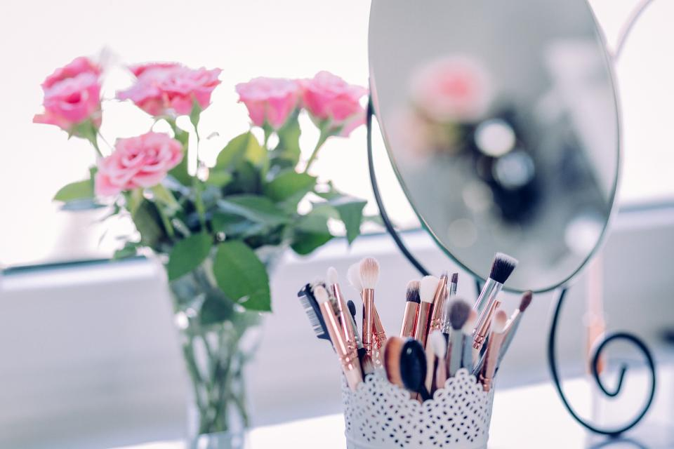 how to decorate vanity table brush holder
