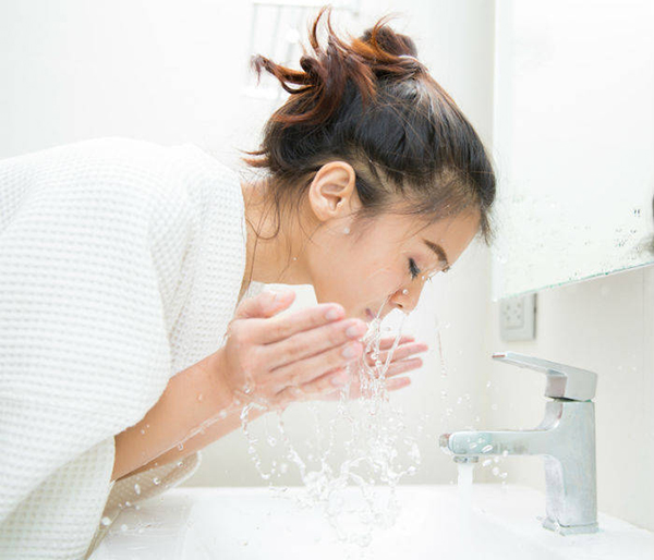 Things Youre Doing Wrong For Sensitive Skin Washing Face With Hot Water