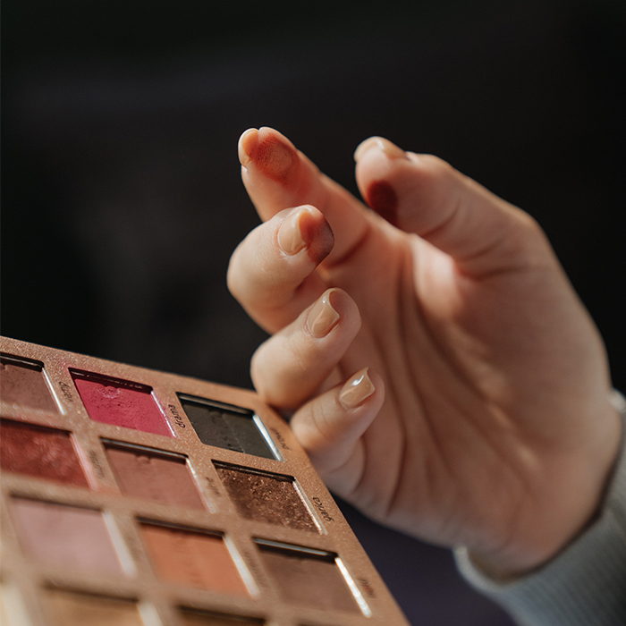 how-to-apply-eyeshadow-blend-with-fingers