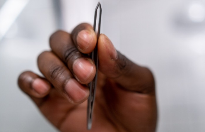 how to trim brows - tweezers