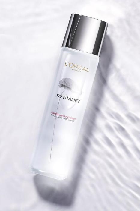 Loreal Paris Revitalift Crystal Micro Essence - Moodshot Closeup