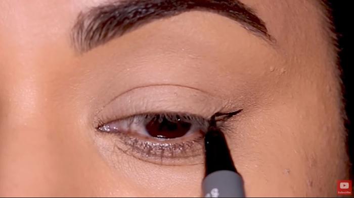 natural-eyeliner-hooded-thinline-1