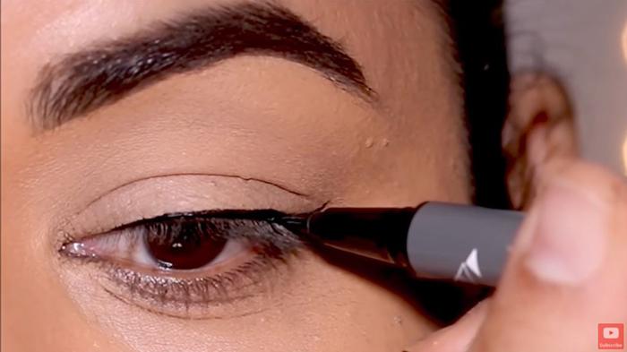 natural-eyeliner-hooded-thinline-2